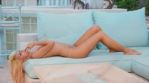 Incredibly HOT bikini clad blonde rubs herself to orgasm outside