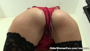 British granny Elaine works her old pussy