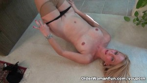 American milf Shelby lowers her pantyhose and has some fun